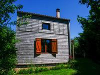 propriete ecologique en bois construite il y a 10 ans actuellement une chambre dans un jardin arbore et sur tout a l egout