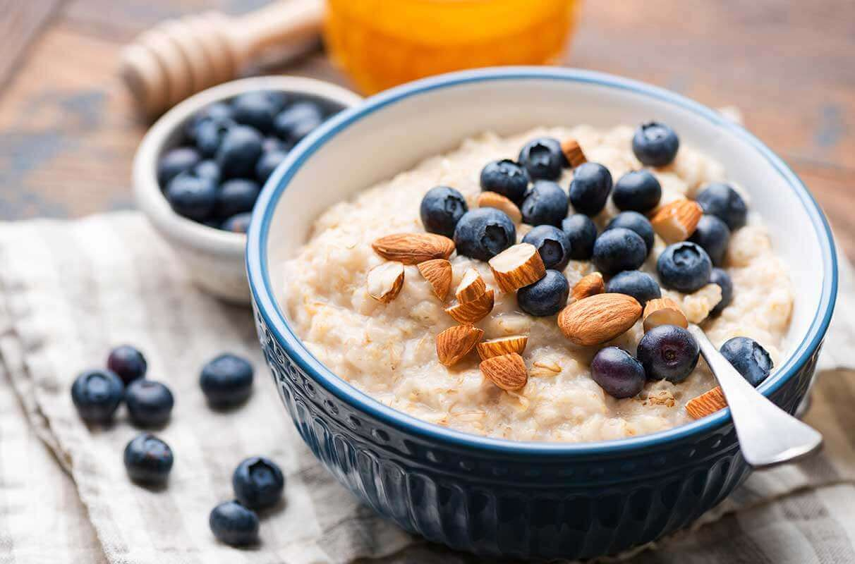 Oatmeal with blueberries and almonds