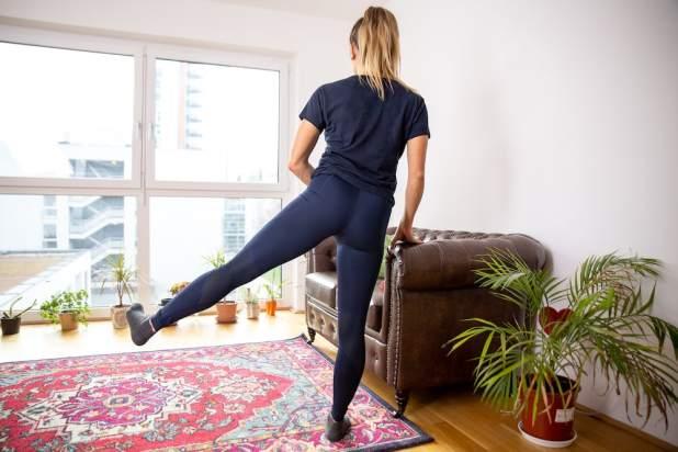 El entrenador físico Lunden Souza está haciendo el ejercicio Abducción de cadera como ejercicio para un mejor trasero