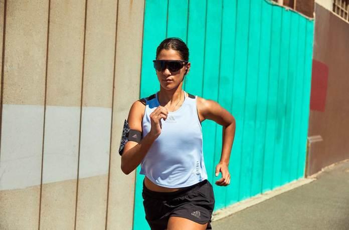 धूप में दौड़ती महिला