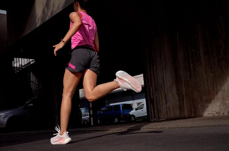 Mujer corriendo en la oscuridad