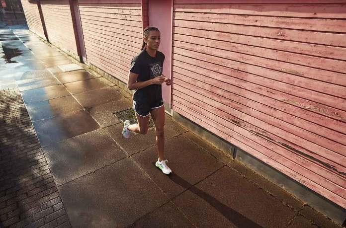 सूर्यास्त के समय दौड़ती महिला woman