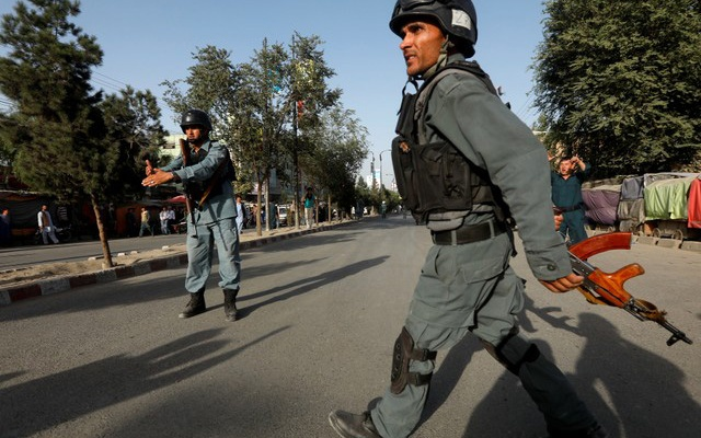 Afghan policemen arrive at the site of a suicide bomb attack in Kabul, Afghanistan August 15, 2018. Reuters