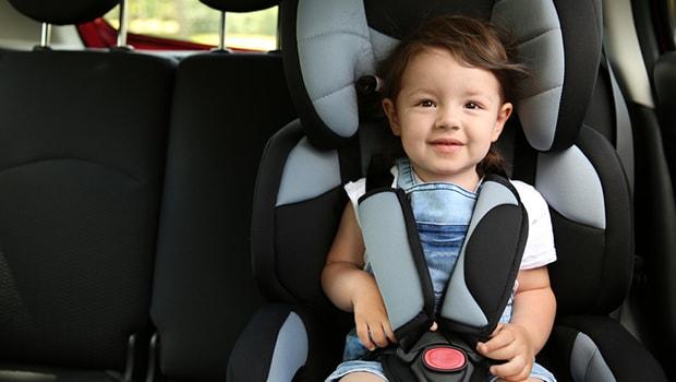 ilustrasi seorang anak duduk di kursi khusus anak di mobil