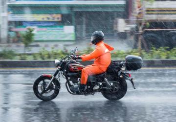 sepeda motor ketika hujan