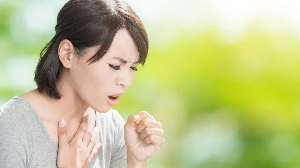 ilustrasi wanita batuk