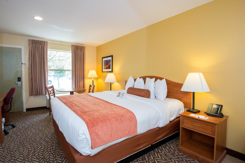 Quality Inn Suites Montclair The King Whirlpool At The