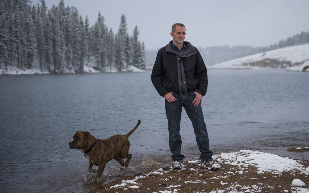 Kahl and his dog, Seven, on the shore of a lake near their home in Divide, CO.(Daniel Brenner for Leafly)