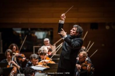 Giancarlo Guerrero conducts the NFM Wroclaw Philharmonic.
