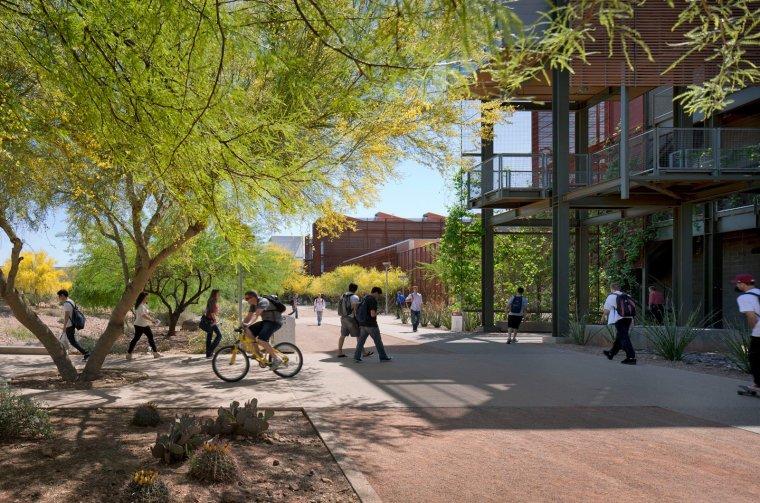 11 Écoles innovantes et modernes où la créativité et la bonne conception - Photo 10 de 11 - Lake / Flato Architects a clairement fait la note avec le cabinet associé RSP Architects pour les cinq bâtiments haute performance LEED Gold et quatre cours paysagés liés par un Série de portails et d'arcades comprenant le campus polytechnique de l'Arizona State University.  Surpassant facilement la note d'argent qu'elle a recherchée pour la première fois, le projet a été mis en évidence comme l'un des Top Ten Green Projects de 2012 décerné par l'American Institute of Architecture (AIA).  Il s'agissait du sixième prix vert AIA décerné au Lake Flato, une entreprise qui a gagné 43 prix de design national.