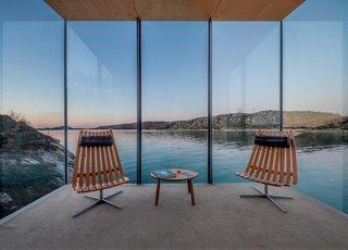 10 maisons en porte-à-faux qui détruisent la gravité - Photo 13 de 23 - Les grandes étendues de vues en verre qui étaient parfaitement planifiées.  Les sièges sont équipés de fauteuils Scandia conçus par Hans Brattrud dans les années 1950 et sont maintenant produits par Fjordfiesta.