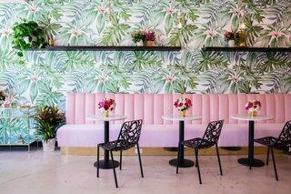 Holy Matcha dans le mur de sport de San Diego orné d'un fond d'écran floral brillant, qui transforme l'espace de vente au détail de la société.