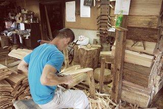 Des forestiers, des bûcherons, des charpentiers et enfin à l'hôte, les habitants de la ville ont fait partie intégrante de la vie de la maison du cèdre Yoshino.  Ici, on voit un ouvrier diviser et préparer des planches de cèdres à utiliser.