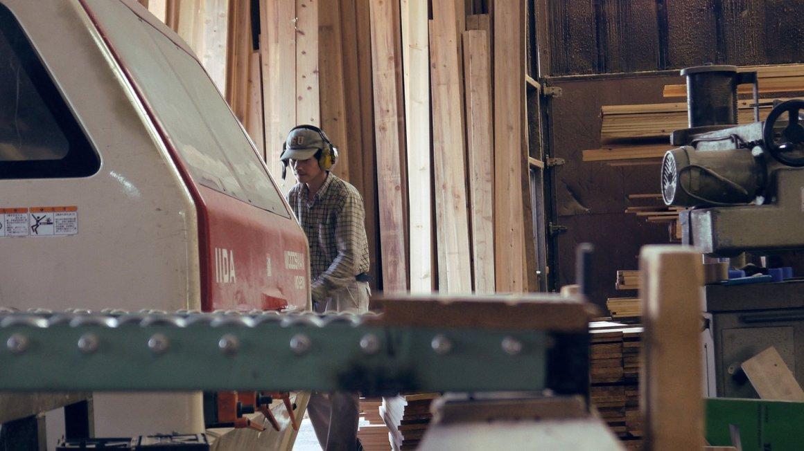 Les travailleurs préparent des planches de cèdre à l'usage de Yoshino Cedar House.
