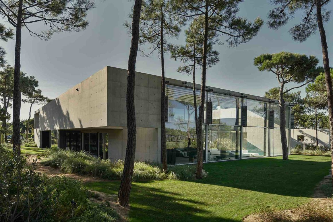 Une piscine avec un fond en verre surplombe l'autre dans une maison de la Riviera portugaise - Photo 1 sur 12 -