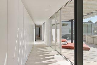 Une piscine avec un fond en verre surplombe l'autre dans une maison de la Riviera portugaise - Photo 3 de 12 -