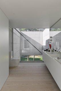 Une piscine avec un fond en verre surplombe l'autre dans une maison de la Riviera portugaise - Photo 4 de 12 -