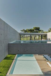 Une piscine avec un fond en verre surplombe l'autre dans une maison de la Riviera portugaise - Photo 6 sur 12 -