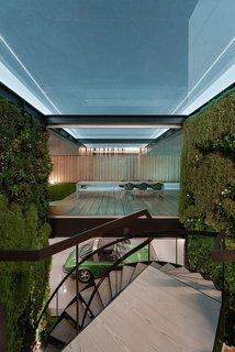 Une piscine avec un fond en verre surplombe l'autre dans une maison de la Riviera portugaise - Photo 10 de 12 -