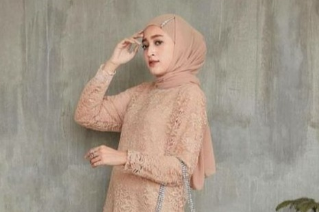 10 Model Baju Pesta Brokat untuk Hijaber ke Kondangan - Womantalk