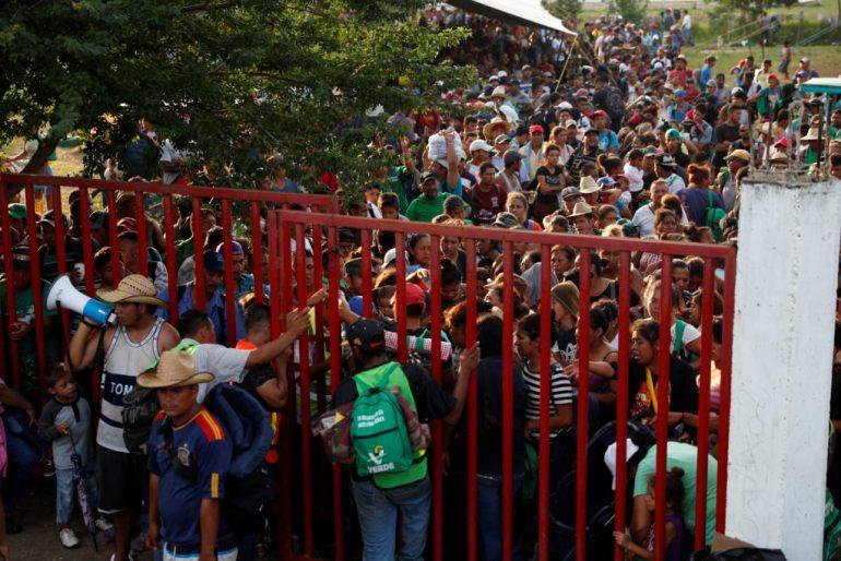 Migranten, Teil einer Karawane, die auf dem Weg in die Vereinigten Staaten unterwegs ist, versammeln sich, während sie auf den Transport in Matias Romero Avendano, Mexiko, 9. November 2018 warten. Foto von Carlos Garcia Rawlins / Reuters
