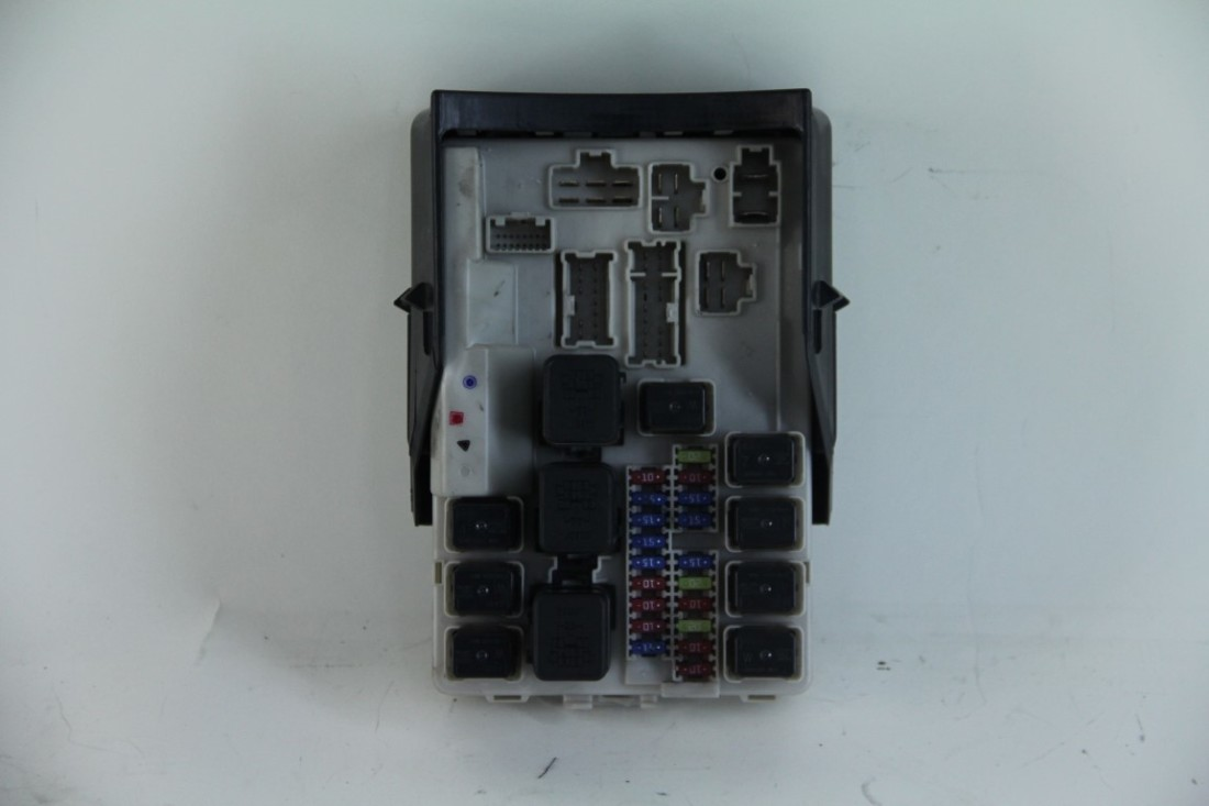 hight resolution of infiniti g35 coupe 2006 under hood fuse box w cover and fuses oem extreme auto parts