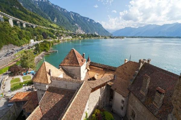 Chillon Castle Day Trip from Geneva: Winter Program