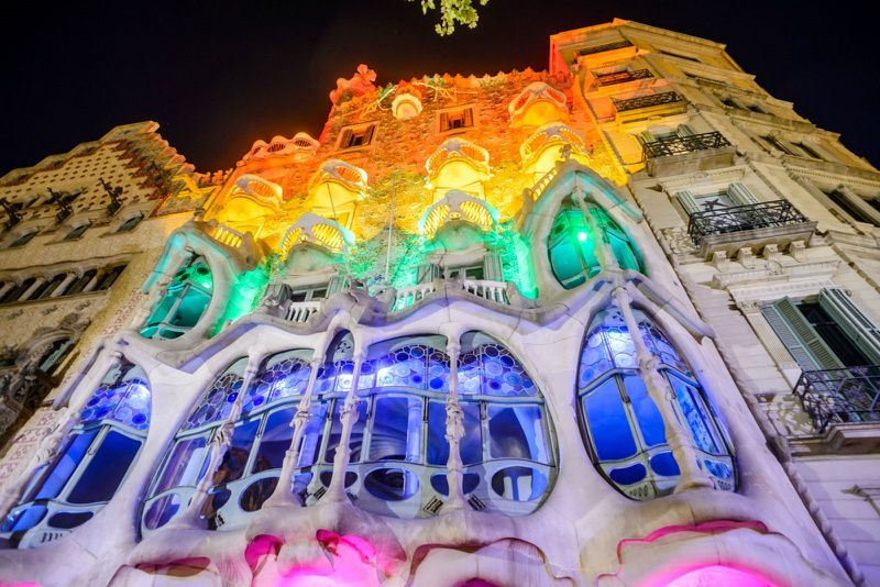 Barcelona Night Tour with Magic Fountain and Cocktail