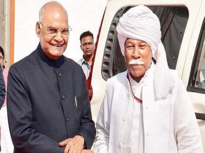 President Ram Nath Kovind forgets protocol, meets friend after 12 years   प्रोटोकॉल बाजूला ठेवून राष्ट्रपतींनी आपल्या मित्राची घेतली गळाभेट!