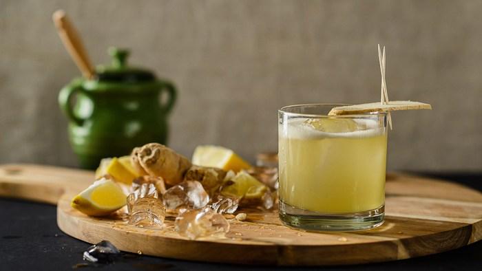 [調酒知識]帶著煙燻味的經典威士忌酸酒—盤尼西林(Penicillin) | 一飲樂酒誌