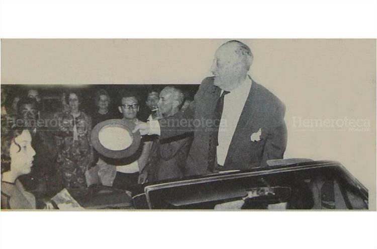 Guatemaltecos llegaron al aeropuerto La Aurora a recibir  a Miguel Ángel Asturias luego que  regresara procedente de Nueva York  en el año 1933. (foto: Hemeroteca PL)