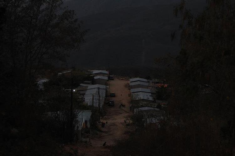 Las calles de Nuevo Santo Domingo Los Ocotes, San Antonio La Paz, permanecen a oscuras, pues en el poblado hay seis luminarias y solo funcionan cuatro. (Foto Prensa Libre: Esbin García)