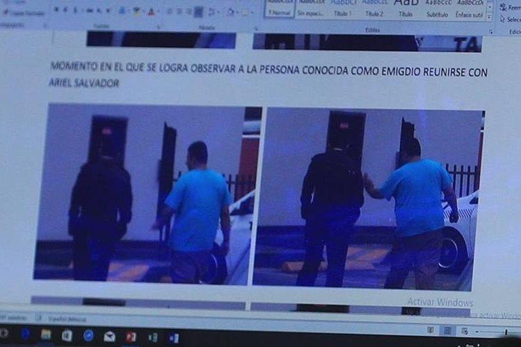 Captura de una cámara de video de un restaurante de la zona 5 donde el 5 de junio de 2017 se reunieron el coronel Ariel de León y Emigdio Rodas Díaz, tesorero de la pandilla.