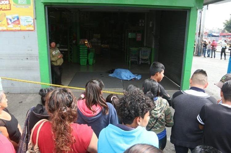 Dos personas murieron en un ataque ocurrido contra trabajadores de Movistar que estaban frente a un supermercado en la calzada San Juan. (Foto Prensa Libre: Hemeroteca PL)
