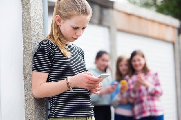 """El informe #StatusofMind de la Real Sociedad de Salud Pública de Reino Unido asocia el uso de los redes sociales que hacen jóvenes de entre 16 y 24 años con altos niveles de ansiedad, depresión, bullying y """"miedo a ser dejado de lado"""". (GETTY IMAGES)."""