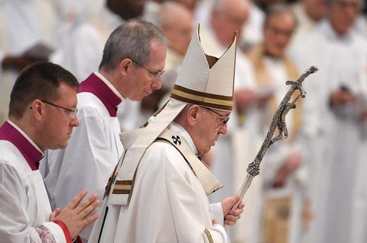 El Papa dirige la Misa crismal el Jueves Santo en la basílica de San Pedro en el Vaticano. (AFP).