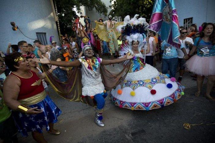 Una de las calles de Río de Janeiro se viste de color y música en el comienzo oficial del Carnaval. (Foto Prensa Libre: AP).