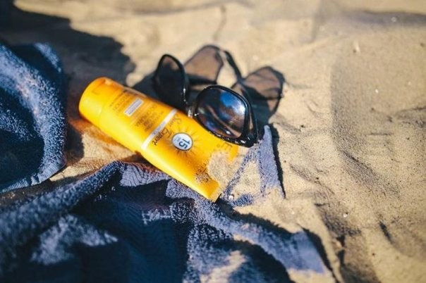 Los expertos de la piel recomiendan que utilice protector solar todos los días, sin importar si el cielo está despejado o no. (Foto Prensa Libre: Karolina Grabowska / Kaboompics).