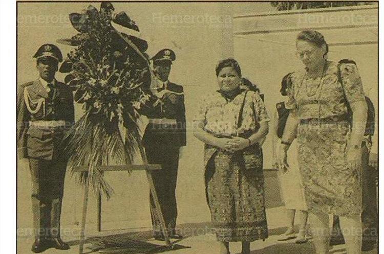 Rigoberta Menchú, premio Nobel de la Paz 1992, deposita una ofrenda floral al pie del monumento a José Martí, en la plaza de La Revolución. 3/8/1993 (Foto: Hemeroteca PL)