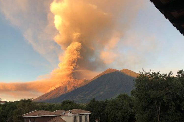 El humo y la ceniza expulsada por el Volcán de Fuego pintó de naranja el cielo de los guatemaltecos. (Foto Prensa Libre: Twitter @Republicano82)