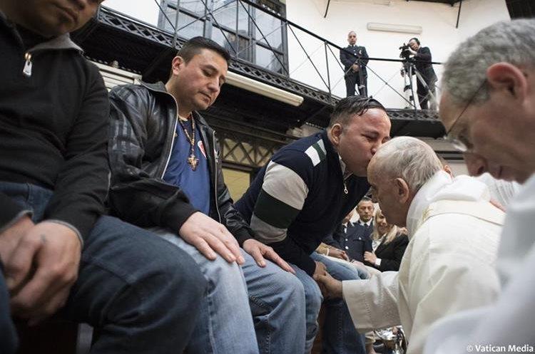 El rito de lavado de píesse realiza todos los años en el Jueves Santo, conmemora la Última Cena de Jesucristo con los apóstoles.(AFP).