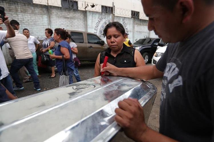 Luego de ocho días de la tragedia familiares siguen esperando reconocer a sus seres queridos y que sean entregados para darles sepultura. (Foto Prensa Libre: Carlos Hernández Ovalle)