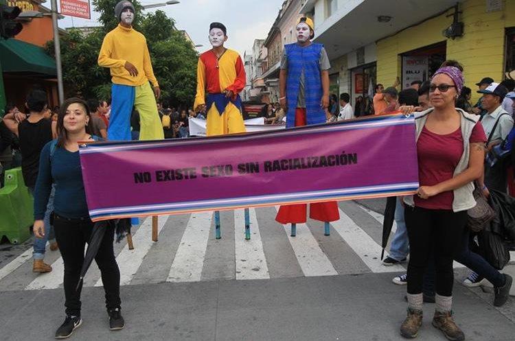 Dos manifestantes portan una pancarta durante una manifestación en el Centro Histórico para celebrar el Día del Orgullo Gay, en junio de 2017. (Foto Prensa Libre: Hemeroteca PL).