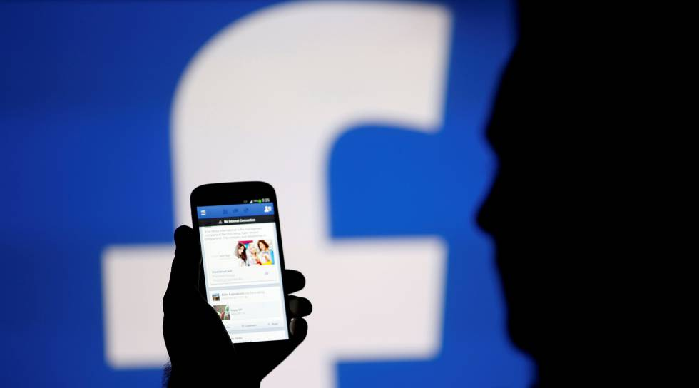 Una persona viendo noticias en Facebook en su móvil.