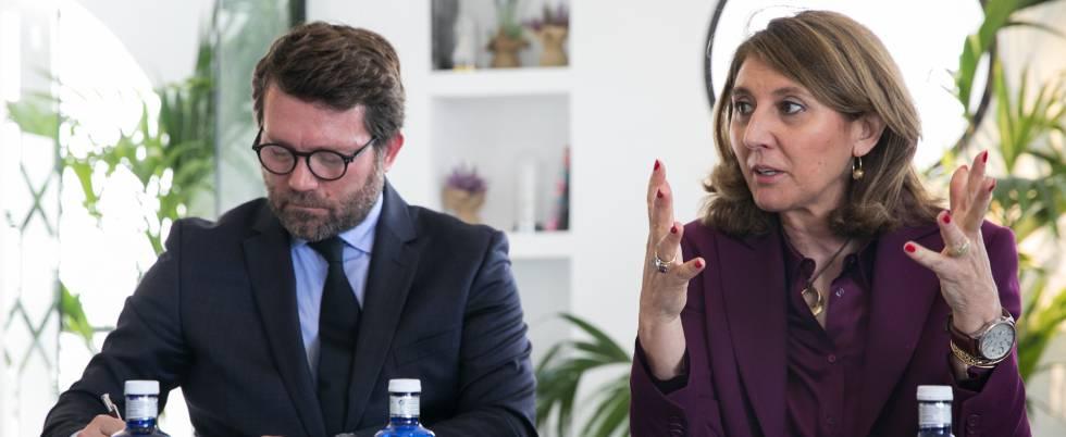 La secretaria general de Industria y Pyme, Begoña Cristeto, junto al director de comunicación de Nissan, Francesc Corberó