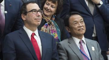 El secretario del Tesoro de EEUU, Steve Mnuchin, junto al ministro de Finanzas japonés, este sábado, poco antes del Comité Financiero y Monetario del FMI. rn rn rn