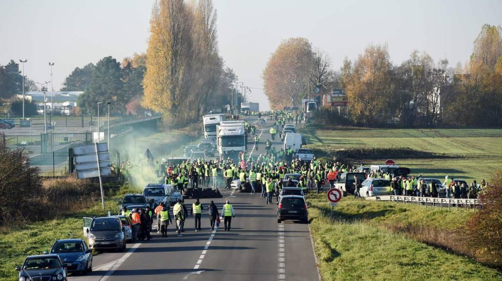 Corte de una salida de una autopista en Valenciennes, al norte de Francia