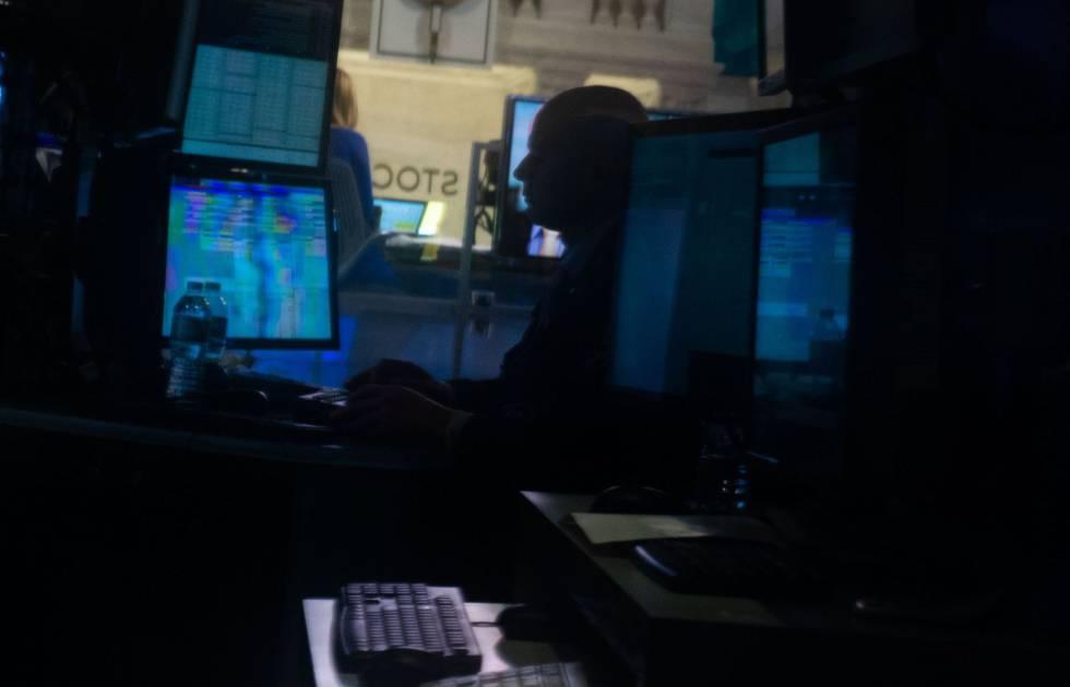 Un operador en la Bolsa de Nueva York.