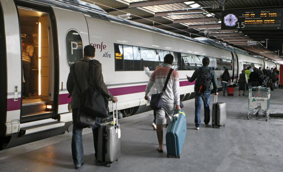 Un grupo de viajeros accede al AVE en la estación madrileña Puerta de Atocha.