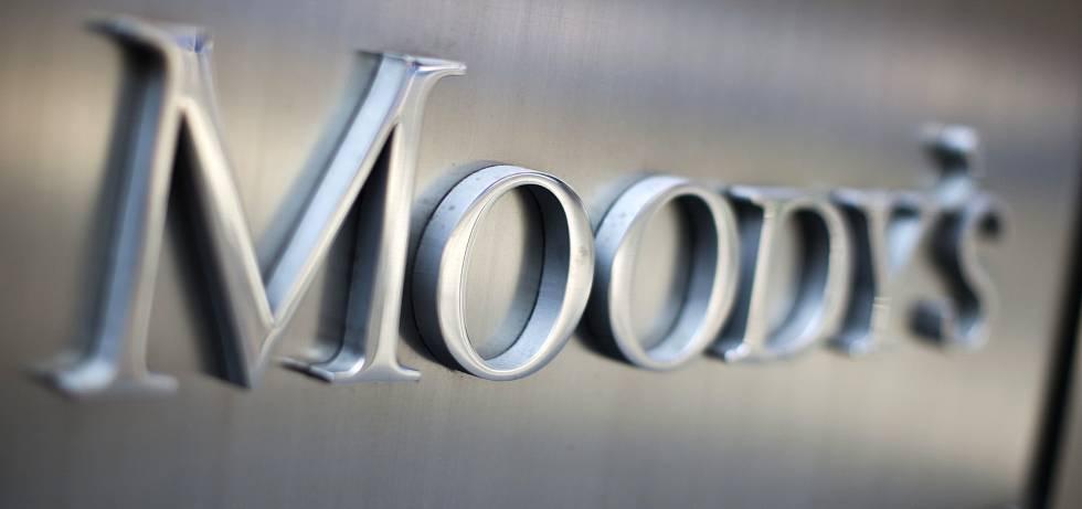 Moody's rebaja la perspectiva de la banca española por su lentitud para 'soltar' ladrillo